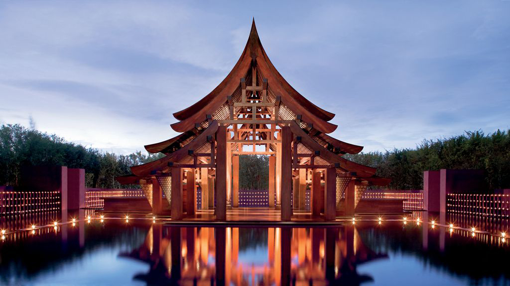 La recepción del Phulay Bay Ritz-Carlton Reserve se ilumina cada...