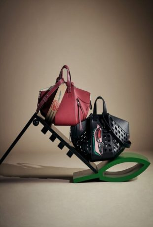 El bolso Hammock de Loewe se adorna con los tulipanes del diseñador...