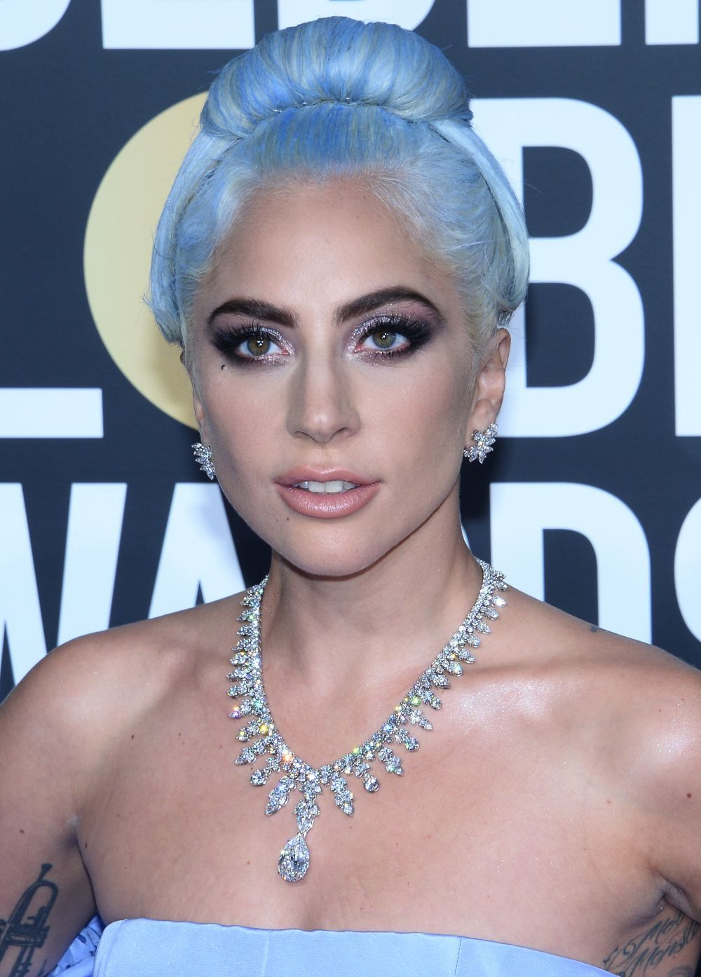 El moño retro futurista azul de Lady Gaga puso la nota más original...