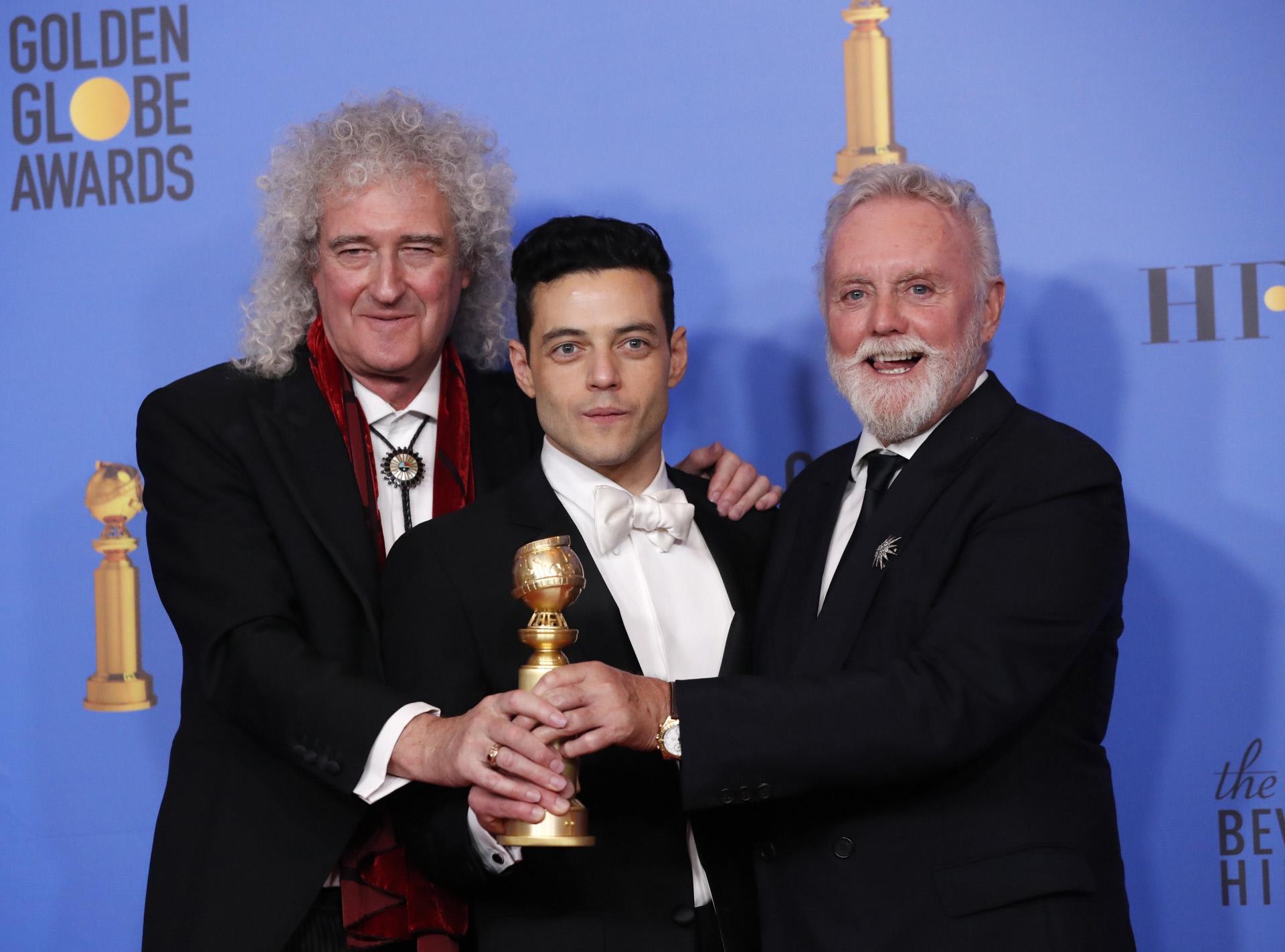 El actor Rami Malek posa con su galardón como mejor actor por...