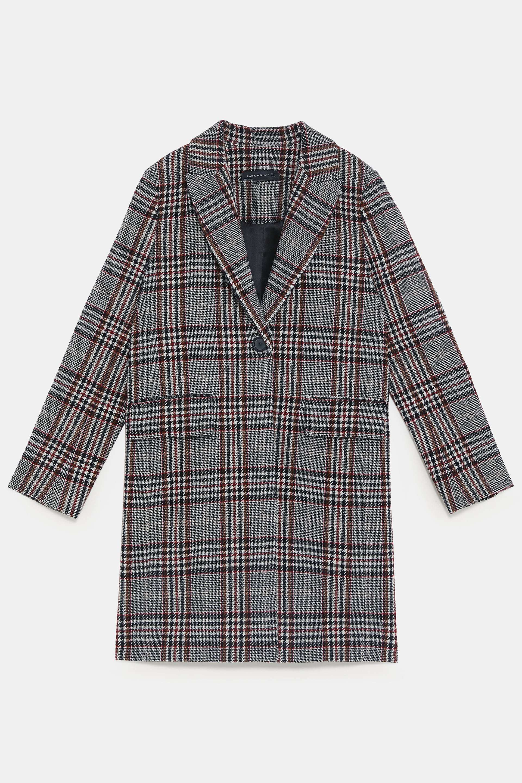 Abrigo de cuadros de Zara (59,99 euros).