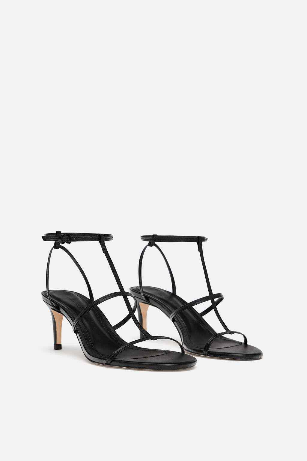 Sandalias en clave minimal, Zara (29,99 euros).