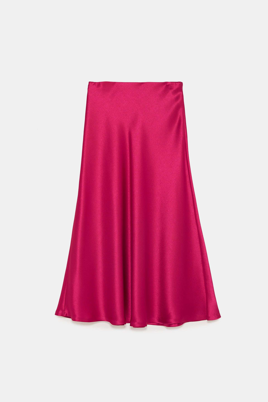 Falda de raso de Zara (19,99 euros).