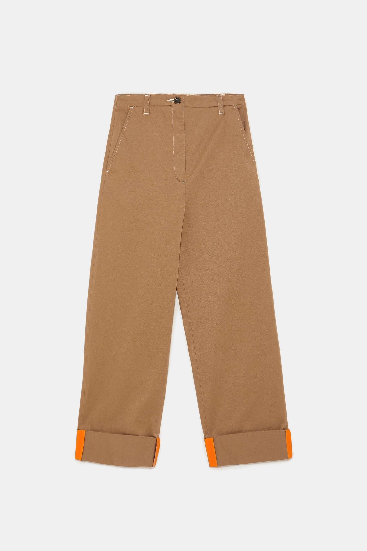 Pantalón oversize en camel de Zara (25,99 euros)..