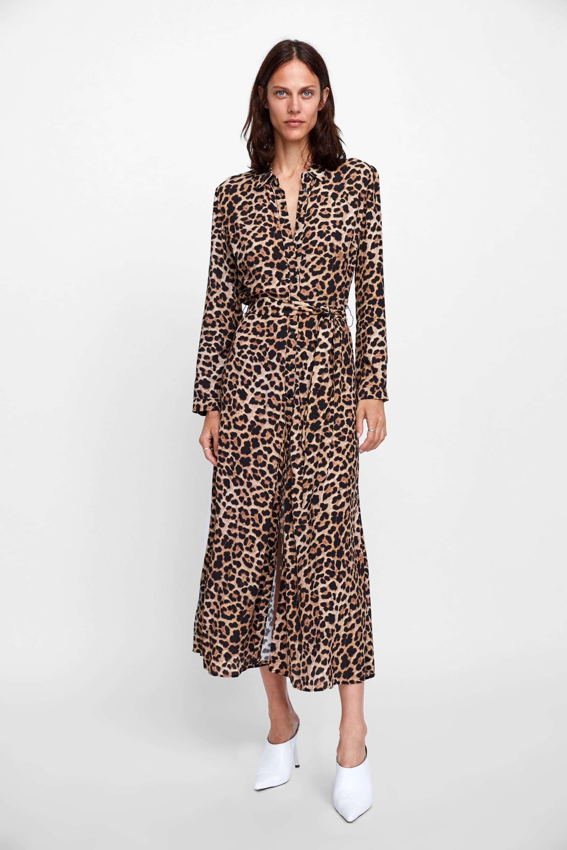 Vestido en print animal de Zara (25,99 euros).