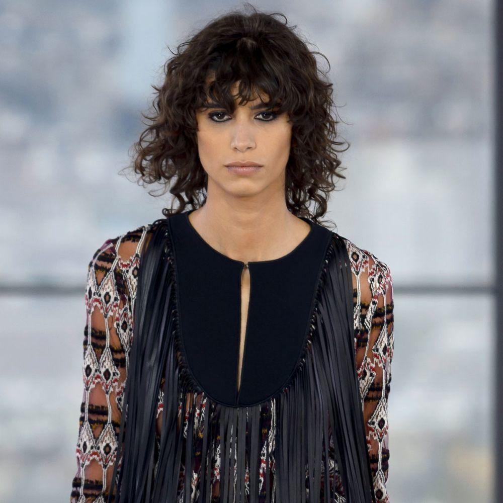 Mica Argañaraz en el desfile de Longchamp con el corte de moda.