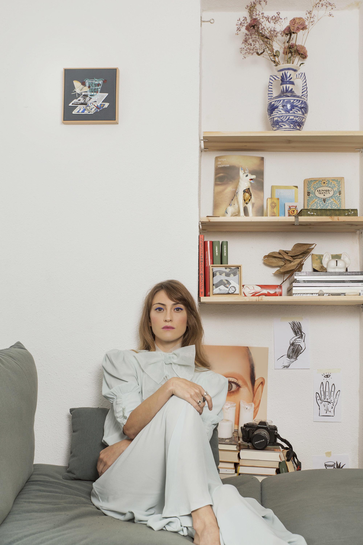 En la imagen, la pintora Mercedes Bellido con vestido, TERESA HELBIG.