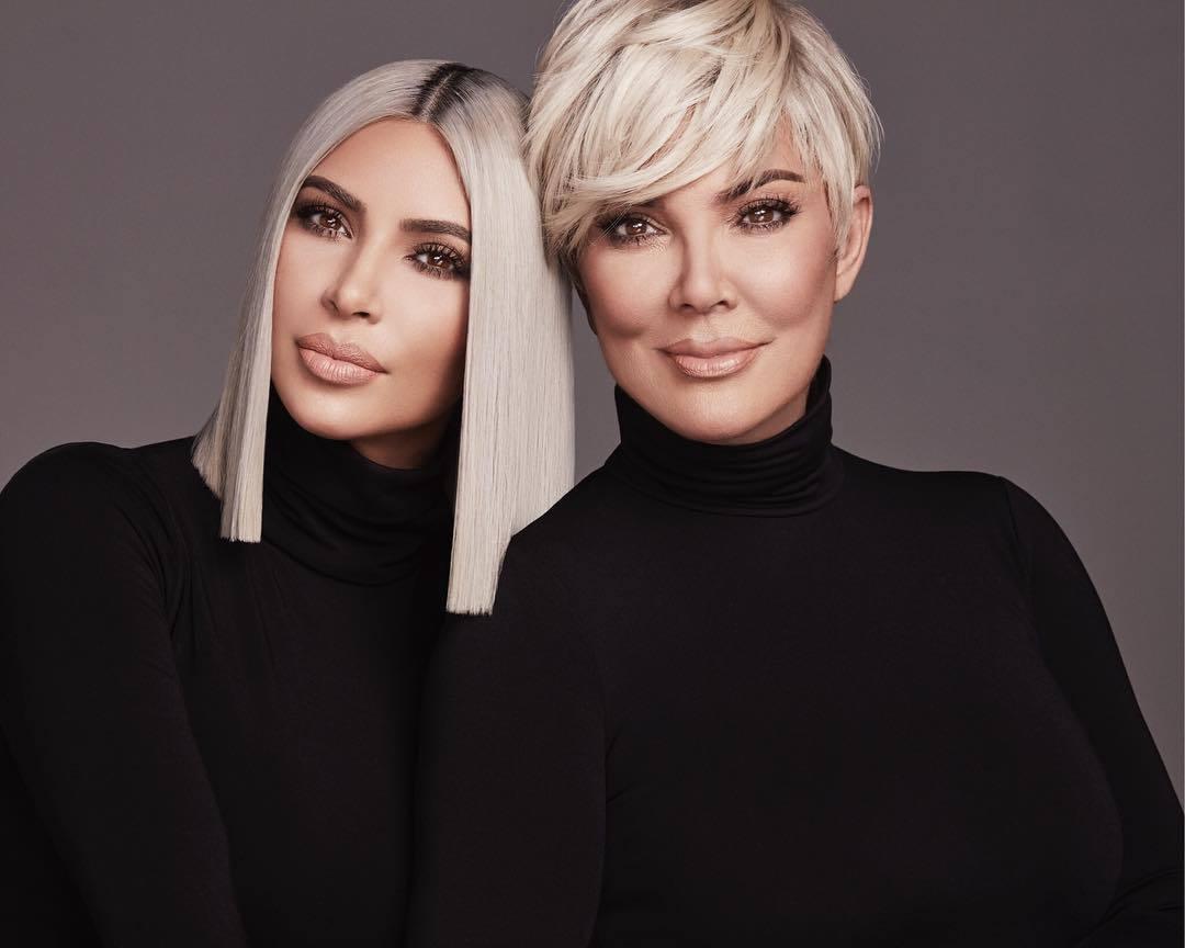 Kim Kardashian y Kris Jenner con el pelo rubio platino