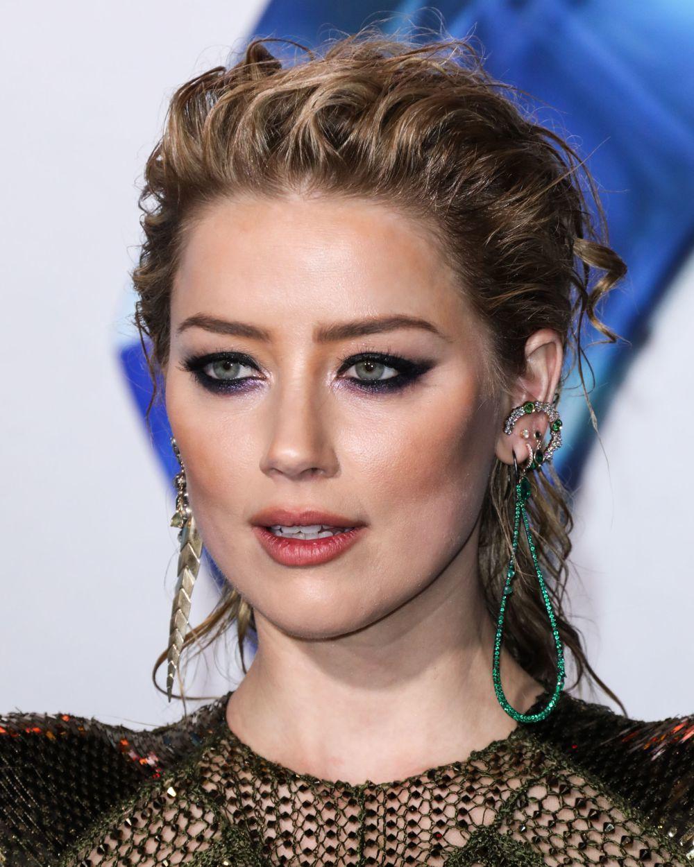 Amber Heard luce un maquillaje de ojos demasiado dramático que quizá...
