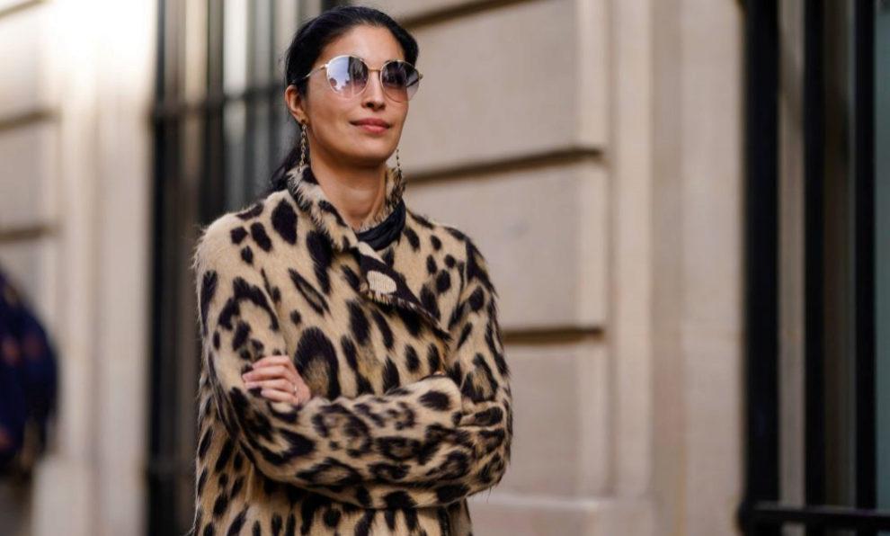 Caroline Issa con un abrigo de leopardo.