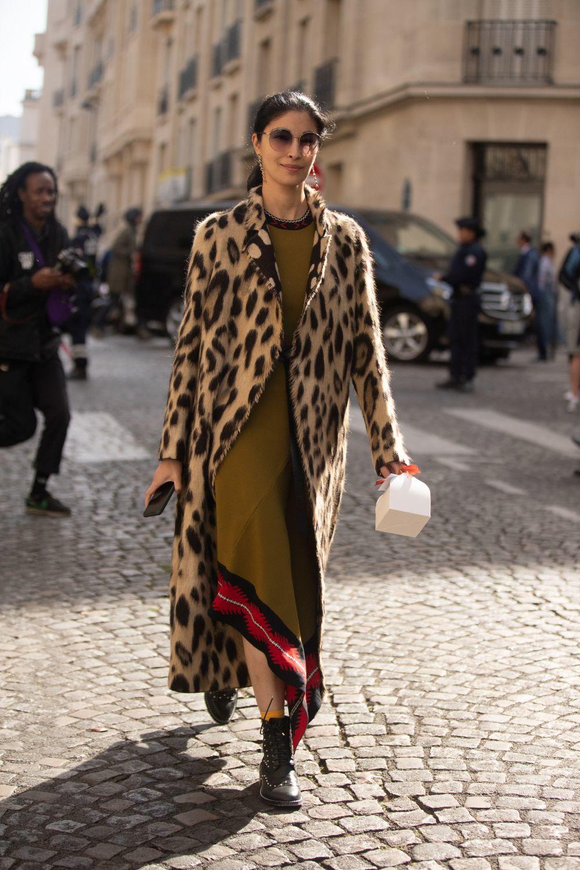 Caroline Issa con el abrigo en leopardo.