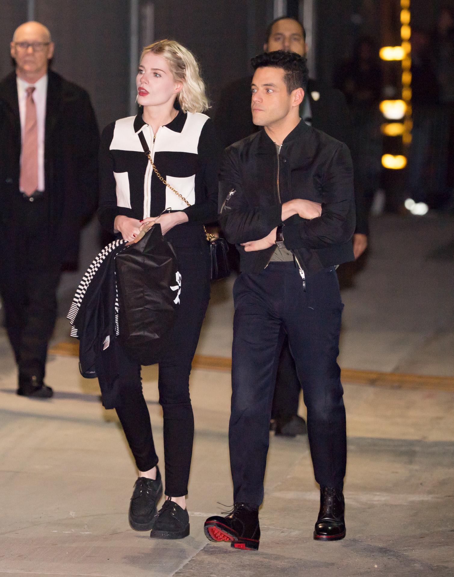 Lucy Boynton, con chaqueta de Zara, de paseo con su novio, el también...