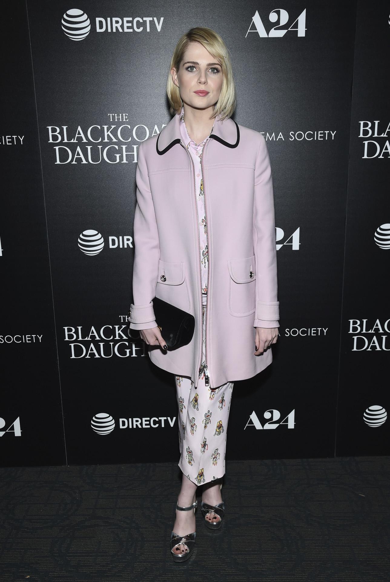 Lucy Boynton con total look de Prada.