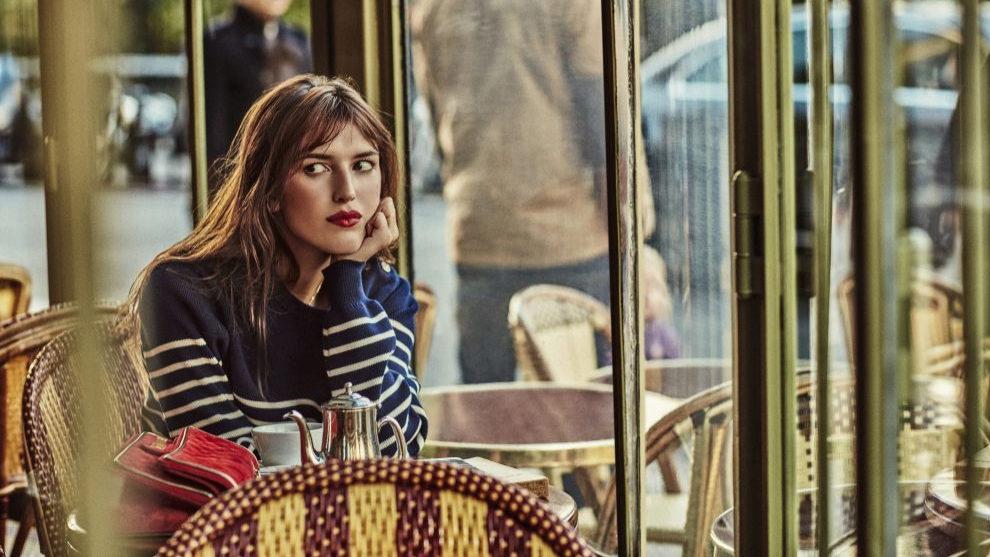 Jeanne Damas disfrutan de un desayuno relajado en una cafetería...