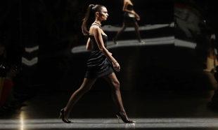 Emily Ratajkowski en el desfile masculino de Versace.