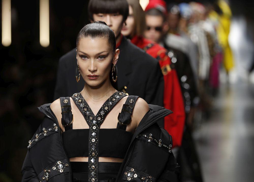 Bella Hadid desfilando para Versace.