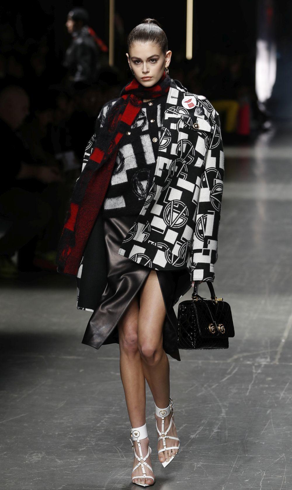 Kaia Gerber luce las propuestas de Versace para el próximo...