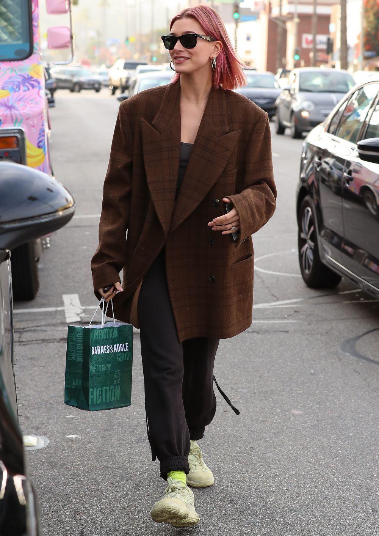 Detalle del corte de Hailey Baldwin con su nuevo look paseando por las...