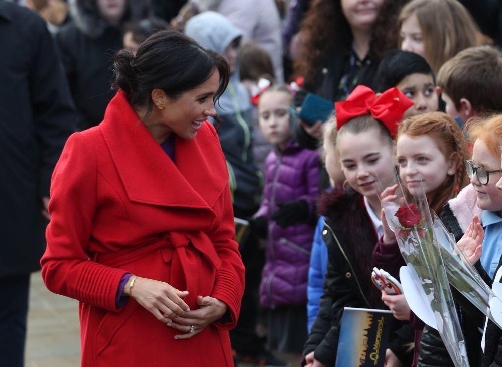 La Duquesa de Sussex con un grupo de niñas que se han acercado a...
