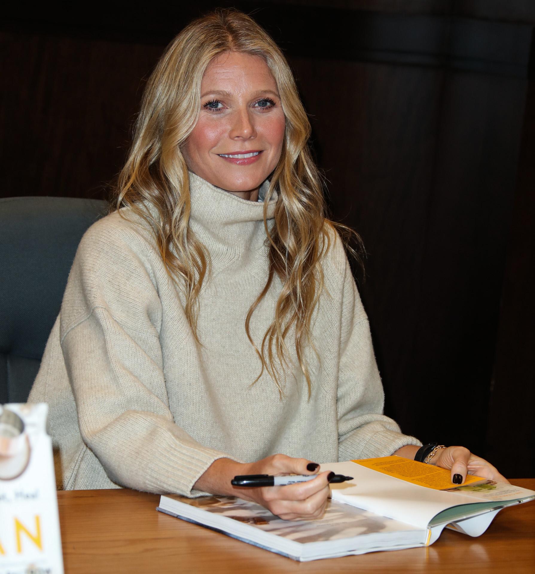 La actriz firmando libros