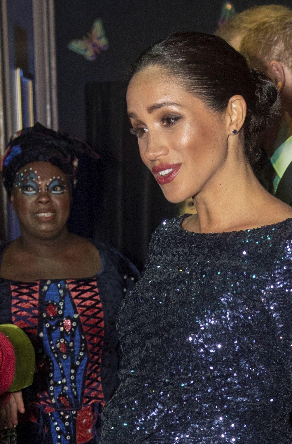 La Duquesa de Sussex con un vestido azul de lentejuelas.