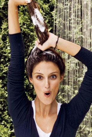 Desciframos si es mejor lavarte el pelo por el día o por la noche y...