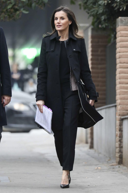 La reina Letizia con un look en color negro.