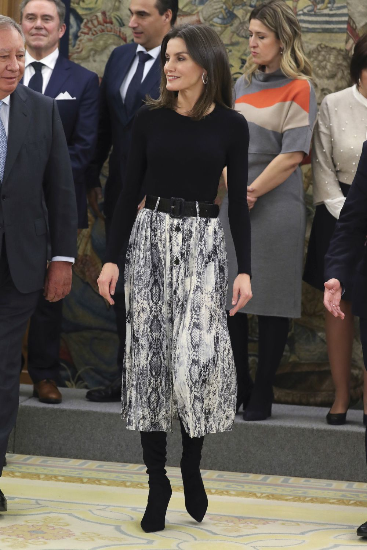 La reina Letizia con falda de serpiente de Zara.