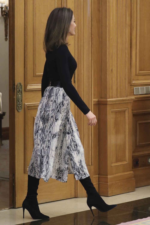 Doña Letizia ha combinado su falda estampada con botas altas.