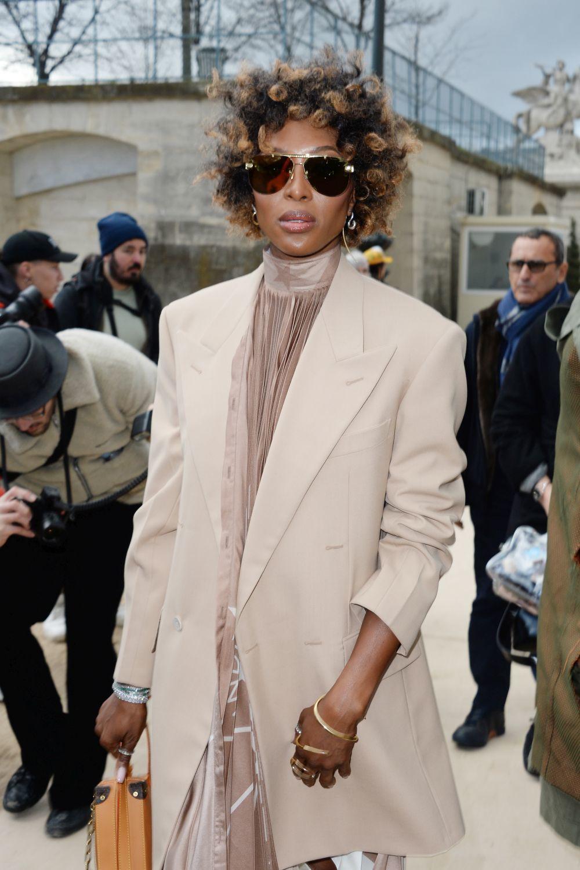 Naomi Campbell, con su pelo afro corto con los rizos bien marcados y...