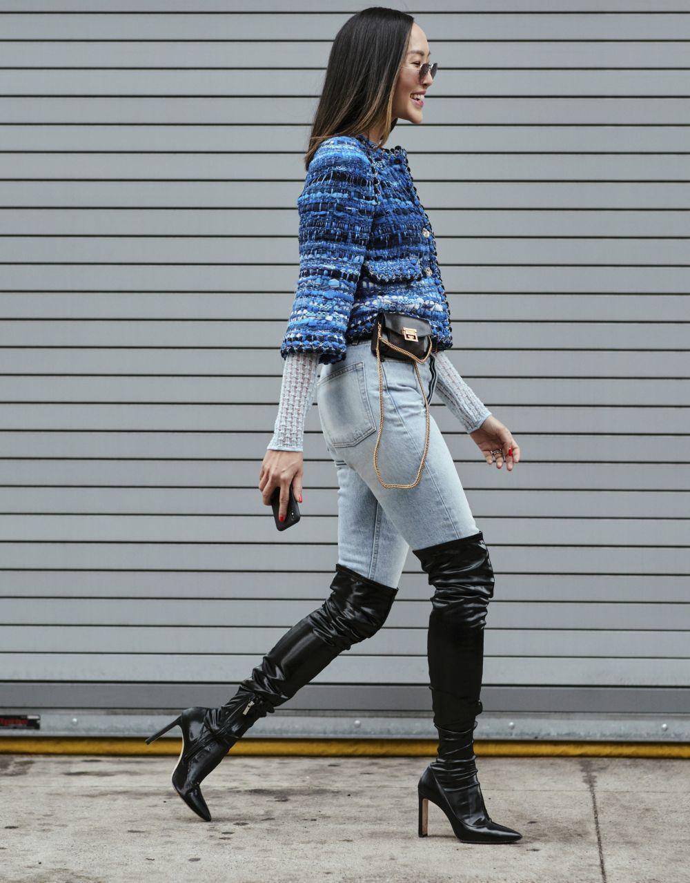 Botas altas+jeans+chaqueta de tweet, un trío que funciona.