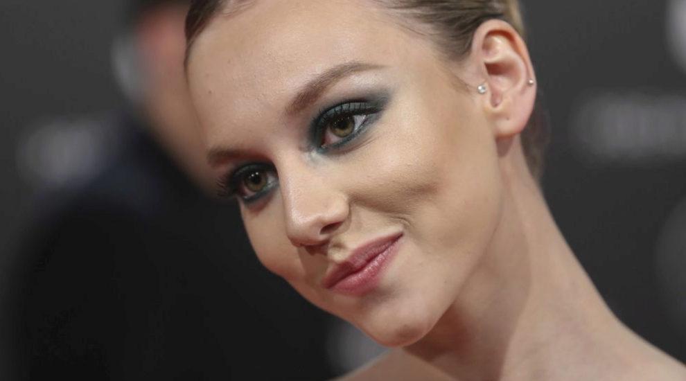 Ester Exp�sito con un maquillaje de ojos ahumados en tonos grises...