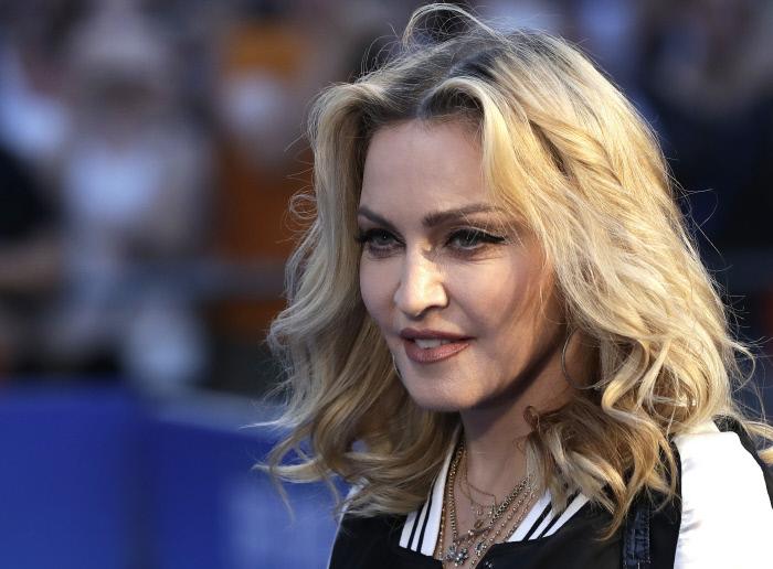 Madonna con media melena rubia