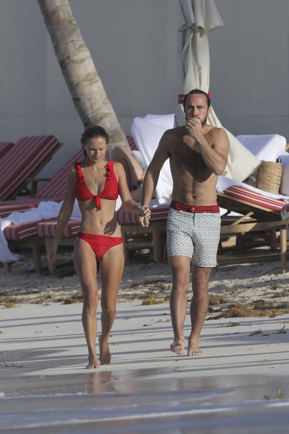 Alizée Thevenet y James Middleton en la playa, durante unas...