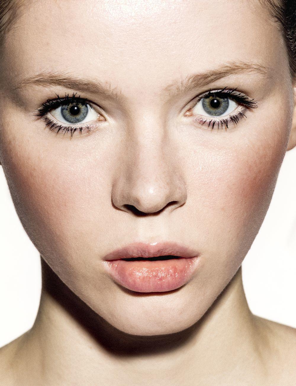 Elige tu base de maquillaje que a la vez que camufla tu acné, lo...