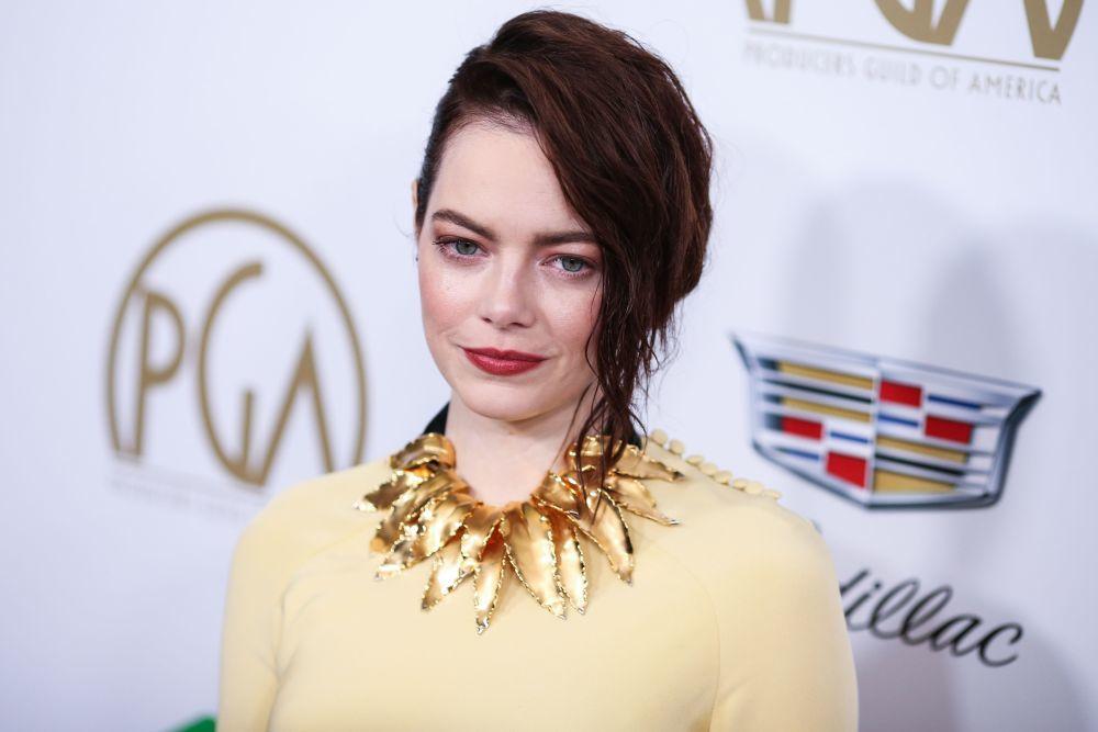 Emma Stone con su nueva melena castaña luminosa.
