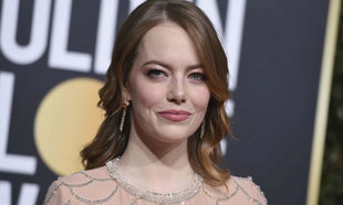 Emma Stone, con su pelo pelirrojo en la alfombra roja de los Globos de...