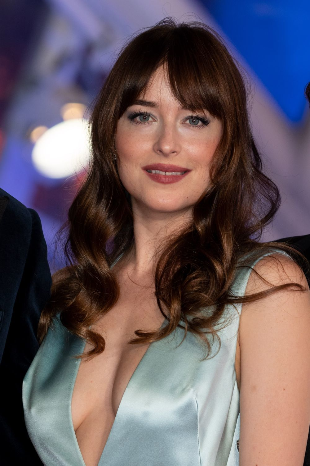 Dakota Johnson luce el perfecto flequillo cortina años 70.