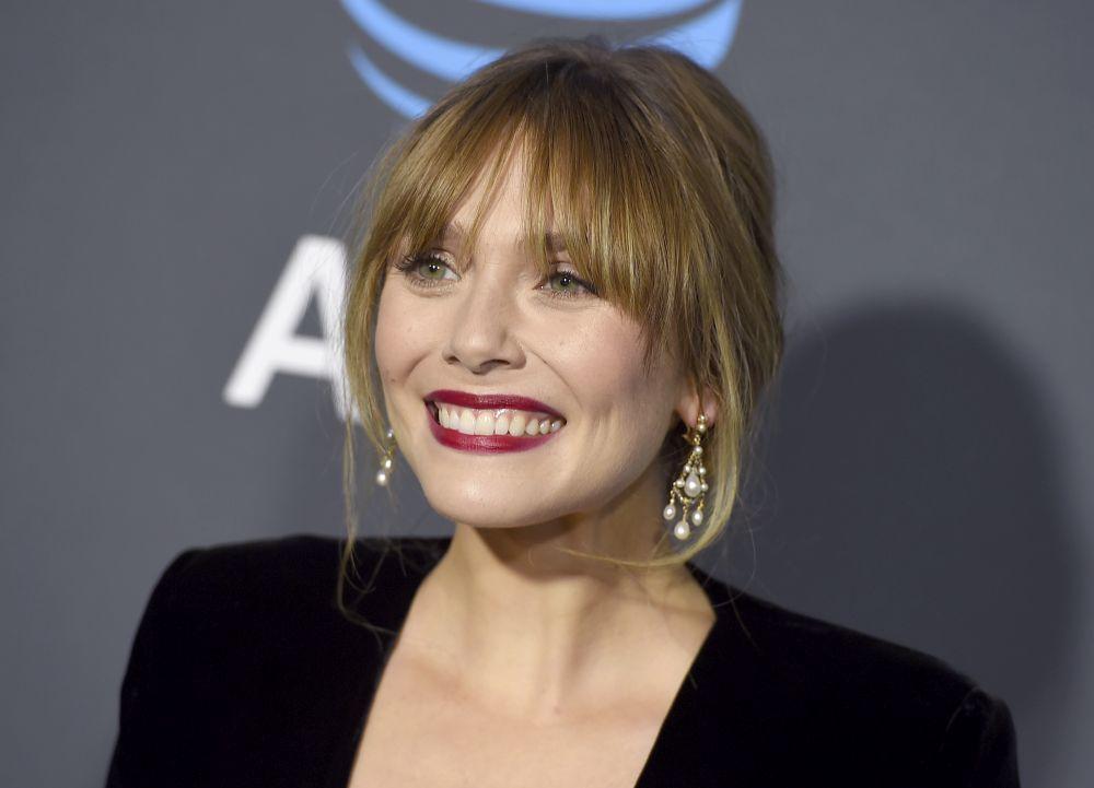 Elizabeth Olsen presume de un flequillo asimétrico largo y capeado...