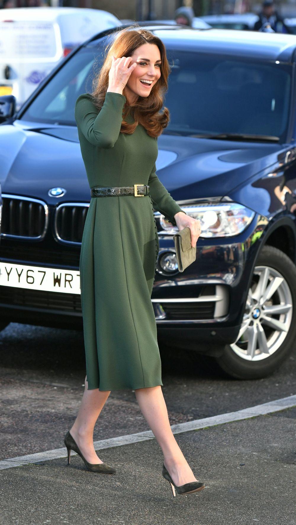 Kate Middleton con un vestido verde midi y zapatos a juego.