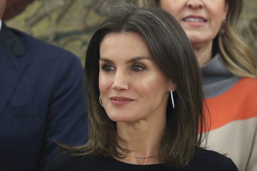 La Reina Letizia presume de melena en su tono natural y con más canas...