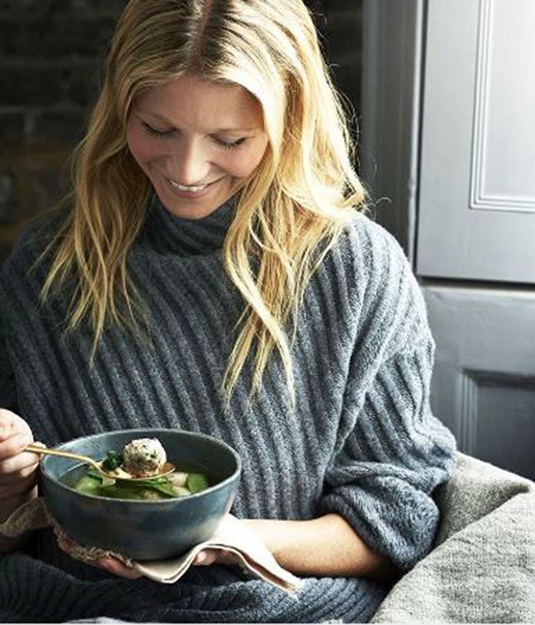 Gwyneth Paltrow disfrutando de una comida saludable.