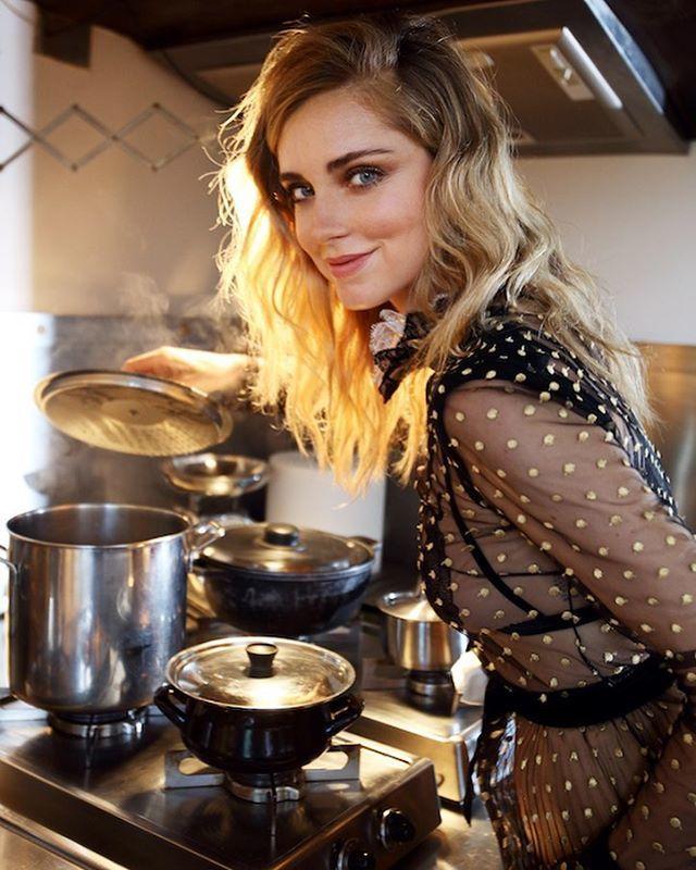 Chiara Ferragni cocinando.