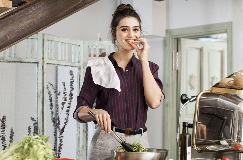 Olivia Molina cocinando