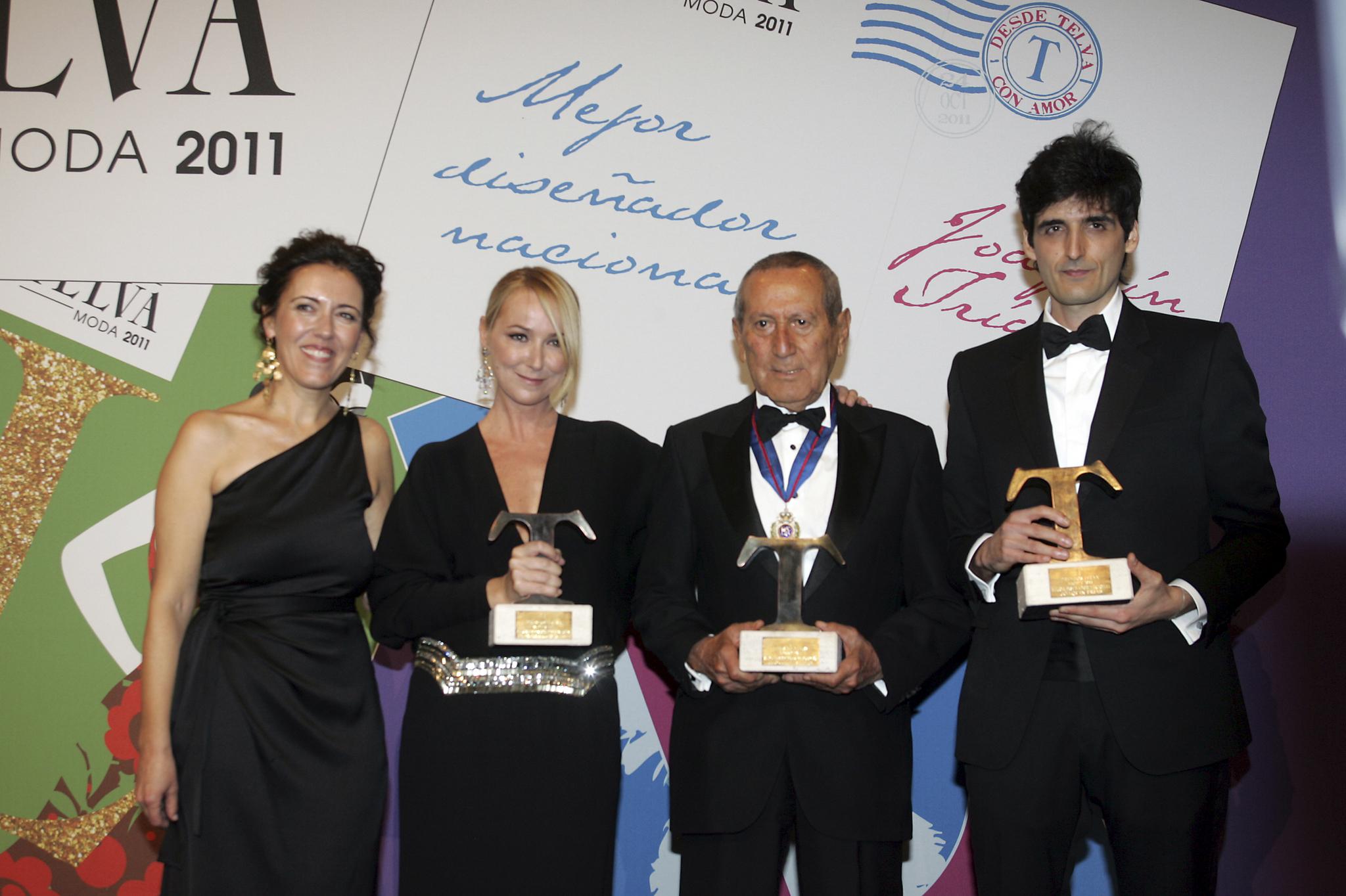 Olga Ruiz en los Premios TELVA de Moda de 2011 con Elio Berhanyer,...