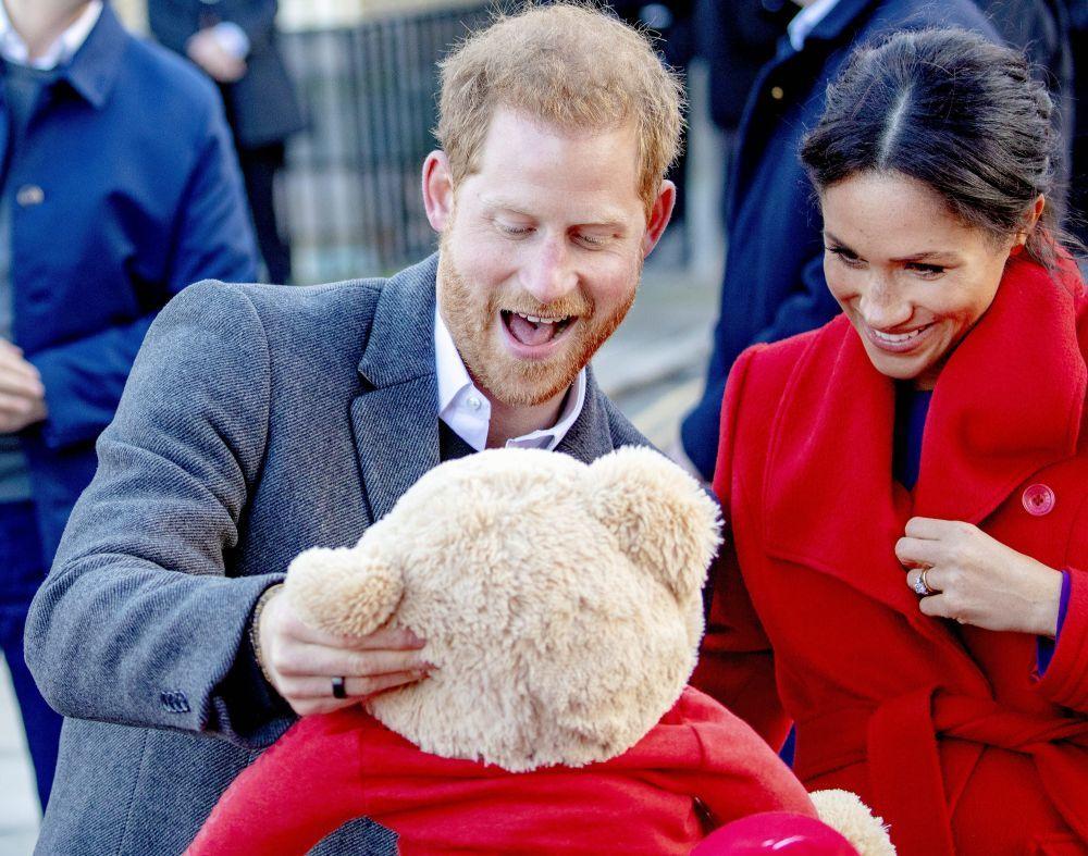 Los Duques de Sussex recibiendo un peluche para su bebé, uno de los...