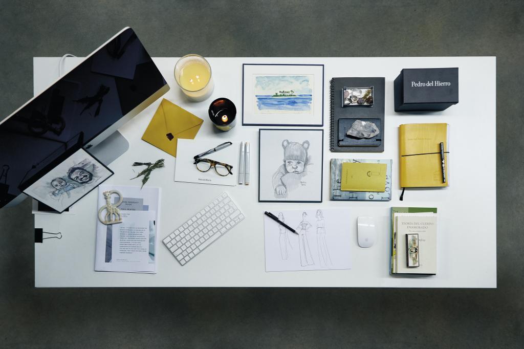 Mesa de trabajo de Nacho Aguayo, director creativo de Pedro del Hierro...