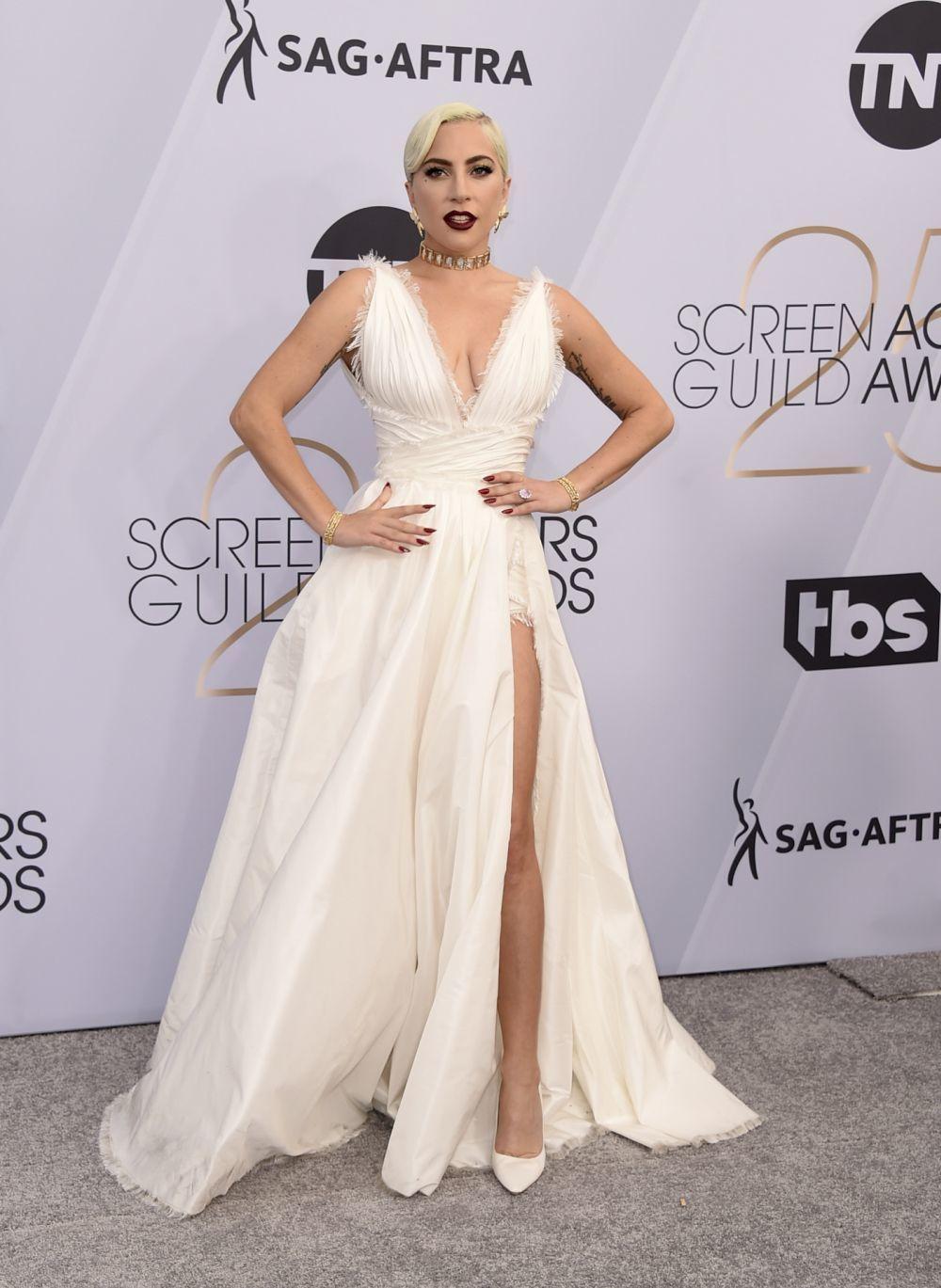 La cantante y actriz apostó por el blanco con un vestido de...