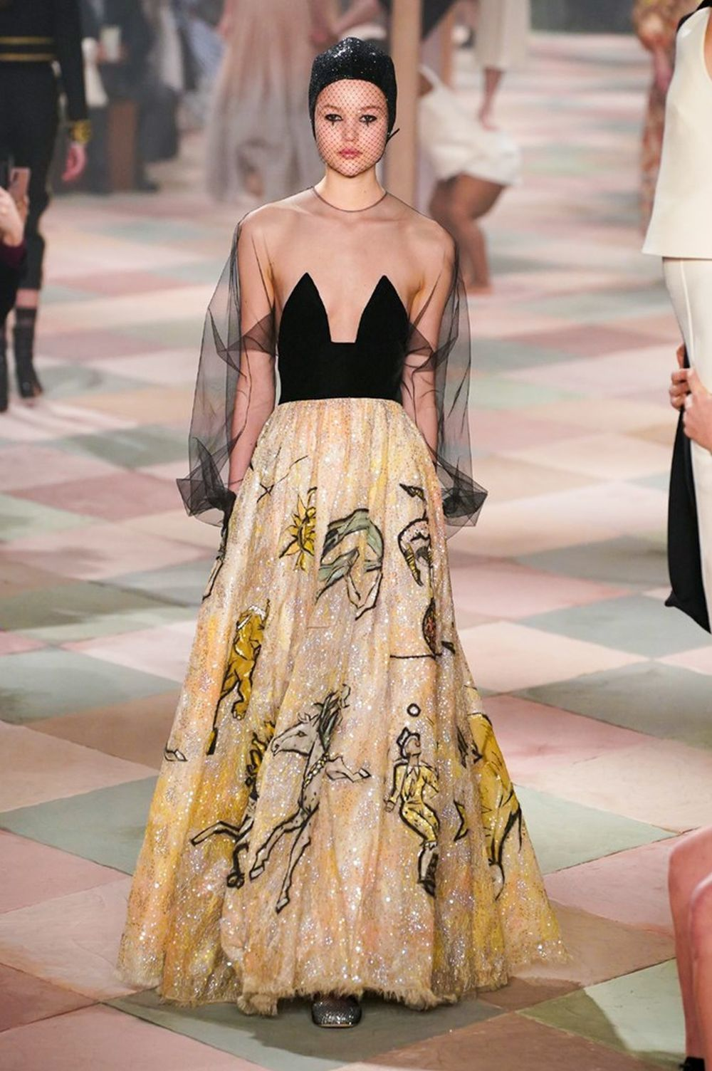 La modelo con el vestido estrella del desfile de Dior