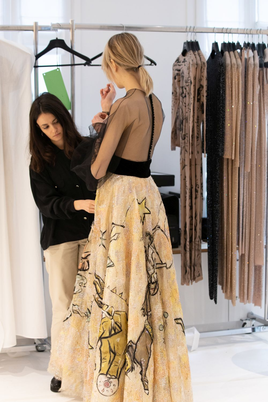 Pruebas del vestido sobre la modelo